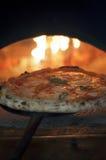 Pizza margherita im hölzernen Ofen Lizenzfreie Stockfotos