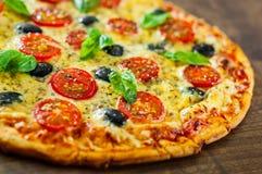 Pizza Margherita lub Margarita z mozzarella serem, pomidor, oliwka obraz stock