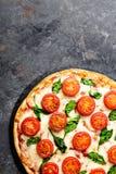 Pizza Margherita med mozzarellaost, basilika och traditionell italiensk mat för tomater Klassiskt recept royaltyfri fotografi