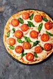 Pizza Margherita med mozzarellaost, basilika och traditionell italiensk mat för tomater Klassiskt recept fotografering för bildbyråer