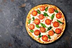 Pizza Margherita med mozzarellaost, basilika och traditionell italiensk mat för tomater Klassiskt recept arkivfoto