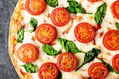 Pizza Margherita med mozzarellaost, basilika och traditionell italiensk mat för tomater Klassiskt recept royaltyfria bilder