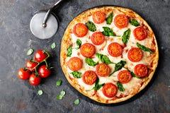 Pizza Margherita med mozzarellaost, basilika och traditionell italiensk mat för tomater Klassiskt recept royaltyfria foton