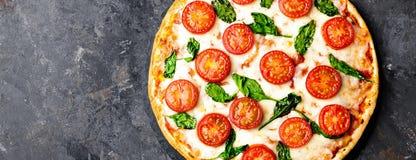 Pizza Margherita med mozzarellaost, basilika och traditionell italiensk mat för tomater Klassiskt recept Top beskådar baner arkivbild