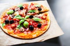 Pizza Margherita, mozzarelli serowej pizzy zakończenie up Wyśmienicie ja Zdjęcie Stock