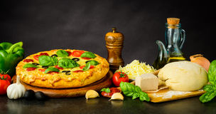 Pizza Margherita och deg med ingredienser arkivfoto