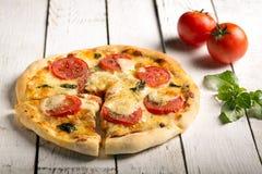 Pizza Margherita (pronto para comer) Fotografia de Stock Royalty Free