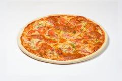 Pizza Margherita-Tomate, Mozzarella, frische Kräuter auf einem weißen Hintergrund Stockfotografie
