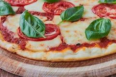 Pizza Margherita z pomidorami, mozzarellą i basilem, Obrazy Stock