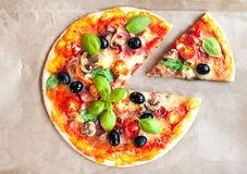 Pizza Margherita z sera i basilu liściem na pieczeniu wykonuje ręcznie pape Obrazy Stock
