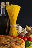 Pizza, massa e ingredientes Imagem de Stock