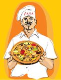 Pizza matrice della tenuta del cuoco unico della pizza a disposizione con il cappello dei cuochi e del grembiule Immagine Stock