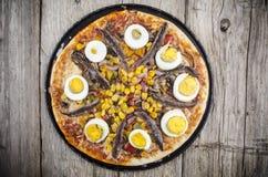 Pizza med ägget och ansjovisen royaltyfri bild