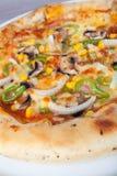 Pizza med åtskilliga toppningar Royaltyfri Bild