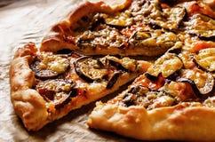 Pizza med aubergine Fotografering för Bildbyråer