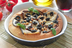 Pizza med aubergine, oliv och sörjer muttrar Fotografering för Bildbyråer