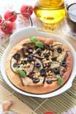 Pizza med aubergine, oliv och sörjer muttrar Royaltyfri Foto