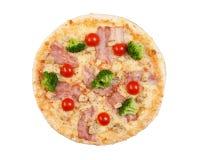 Pizza med bacon-, blomkål-, ost- och körsbärtomater Arkivfoton