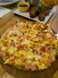 Pizza med bacon och potatisen Royaltyfri Foto