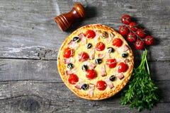 Pizza med bacon, oliv och tomaten Royaltyfri Fotografi