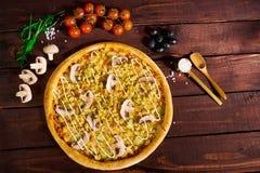 Pizza med champinjoner och curry royaltyfria bilder