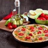 Pizza med champinjoner och ingredienser Royaltyfria Foton