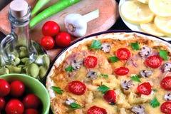 Pizza med champinjoner och ingredienser Arkivbild