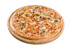 pizza med champinjoner på ett träbräde Royaltyfria Bilder