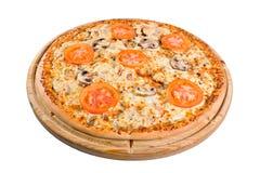 pizza med champinjoner på ett träbräde Fotografering för Bildbyråer