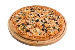 Pizza med champinjoner på träbräde för ett arkiv eller en meny Arkivfoton