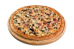 Pizza med champinjoner på träbräde för ett arkiv eller en meny Royaltyfri Fotografi