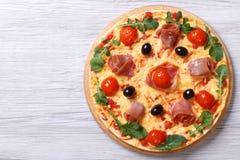 Pizza med den horisontalbästa sikten för prosciutto och för arugula Royaltyfri Fotografi