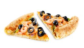 Pizza med den isolerade räka, oliv, paprika och löken arkivbild