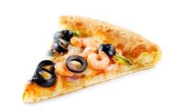 Pizza med den isolerade räka, oliv, paprika och löken royaltyfri bild