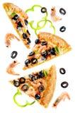 Pizza med den isolerade räka, oliv, paprika och löken royaltyfria bilder