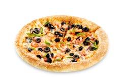 Pizza med den isolerade räka, oliv, paprika och löken royaltyfria foton