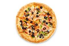 Pizza med den isolerade räka, oliv, paprika och löken royaltyfri fotografi
