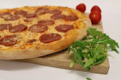Pizza med den körsbärsröda tomaten och rucola läcker italiensk pizza Peperonipizza med den körsbärsröda tomaten och rucola Arkivfoton