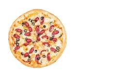 Pizza med den rökte korven och oliv Rotera på en vit bakgrund Bästa sikt, ställe för text stock video