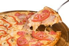 Pizza med den salamiskinkapeppar och tomaten på träplattan Royaltyfri Fotografi
