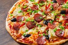 Pizza med fegt kött, Mozzarellaost, peperoni, tomat, oliv, salami arkivbilder