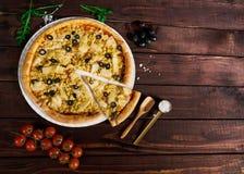 Pizza med höna och ananas med det klippta stycket på tabellen royaltyfri fotografi