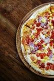 Pizza med havre på trät royaltyfri bild