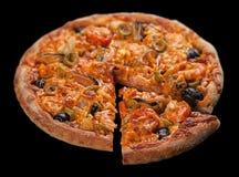 Pizza med havs- srimp på svart Arkivbilder