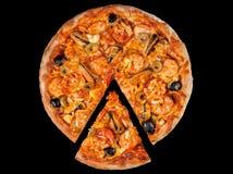 Pizza med havs- srimp på svart Arkivbild