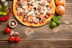 Pizza med ingredienser Royaltyfri Bild