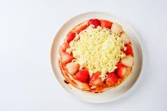 Pizza med jordgubben och ostar arkivbilder
