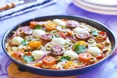 Pizza med körsbärsröda tomater, peppar, oliv och mozzarellaen Royaltyfri Fotografi