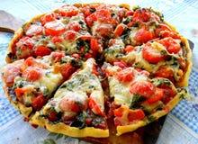 Pizza med körsbärsröda tomater Skivor Royaltyfria Bilder