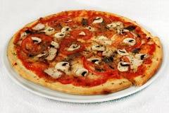 Pizza med kött, champinjoner arkivfoto